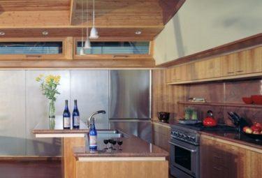 Подвесные светильники на кухне плавающего дома
