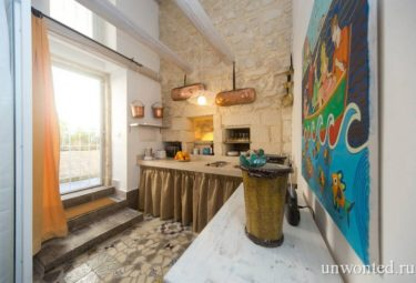 Кухонная зона в современном лофте с древними стенами