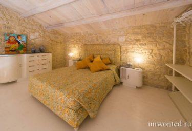 Спальня-лофт с древними каменными стенами