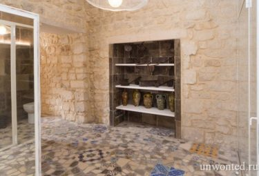Древние каменные стены в современной квартире-лофт