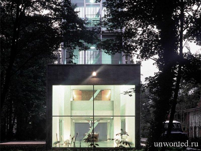 Остекленный фасад водонапорной башни переделанной в дом