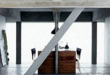 Кухны-столовая в водонапорной башне переделанной в дом