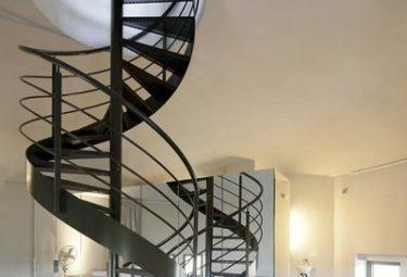 Бельгийский дом в водонапорной башне - лестница в хозяйской спальне