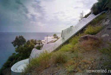 Крыша необычного Casa Del Acantilado на скалистом склоне