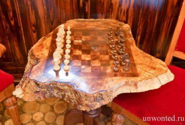 Шахматный столик из дерева в домике хоббита