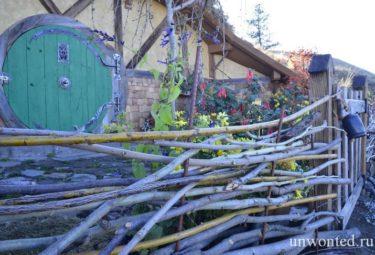 Плетеный забор перед домиком хоббита в Орондо
