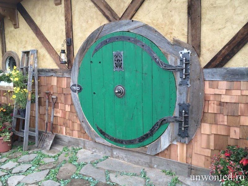 Круглая входная дверь домика хоббита