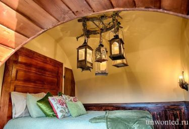 Люстра из старых фонарей в домике хоббита