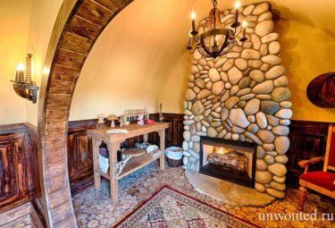 Камин и верстак в домике хоббимта