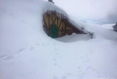 Домик хоббита занесенный снегом
