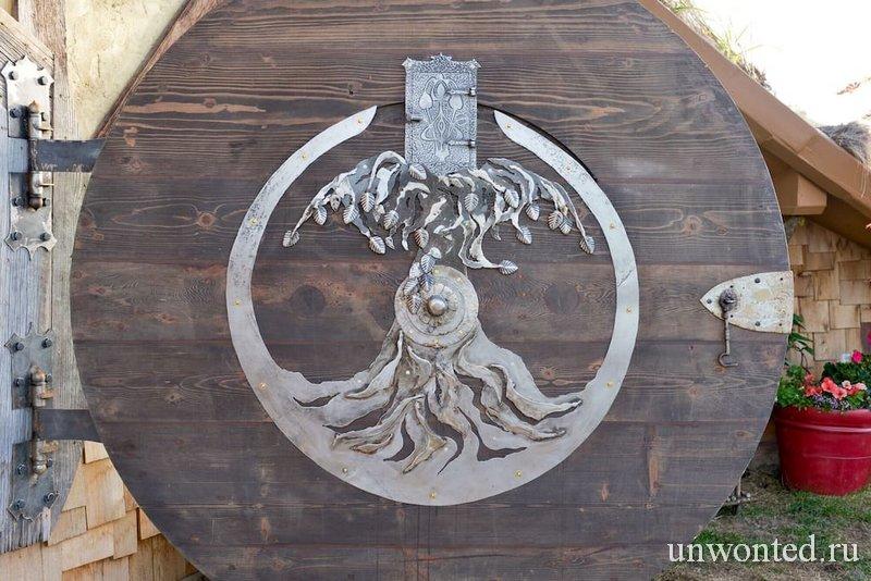 Круглая дверь домика хоббита - вид изнутри