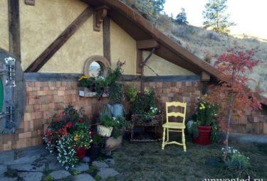 Мини-цветник у домика хоббита