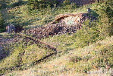 Домик хоббита на склоне горы