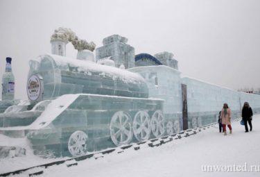 Большая ледовая скульптура поезда с вагонами