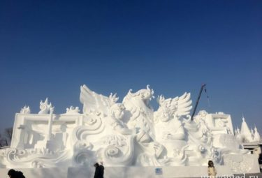 Большая снежная скульптурная композиция
