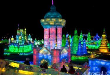 Ледовые здания украшены разноцветной подсветкой