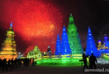 Яркие фейерверки на открытии фестиваля ледовых скульптур в Харбине