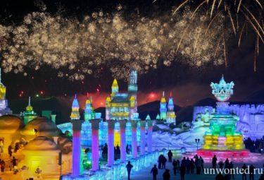 Фейерверк над площадкой фестиваля ледовых скульптур в Харбине