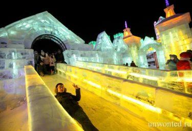 Катание с ледяной горки на фестивале ледовых скульптур