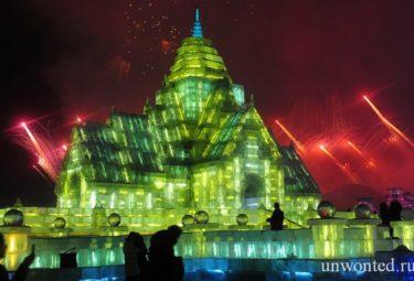 Дворец изо льда на ледовом фестивале в Харбине