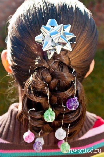 neobychНеобычная прическа девочки с новогодними шарами