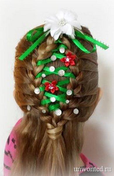 Новогодняя прическа девочкам - елочка с зеленой лентой и цветами