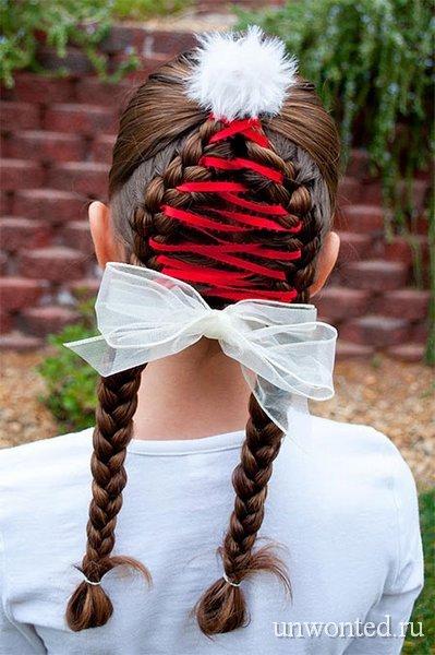 Прическа девочки - елочка с красной лентой и белым бантом