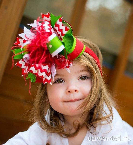 Прическа маленькому ребенку на новый год с большим разноцветным бантом