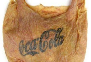 Бренд Кока-Кола на сумке человеческой кожи SkinBag