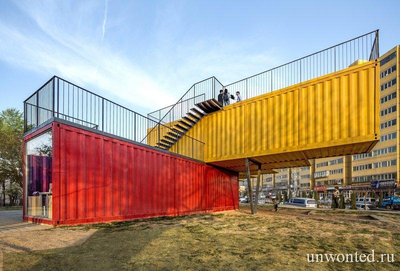 Внешние лестницы павильона из контейнеров Container Stack Pavilion
