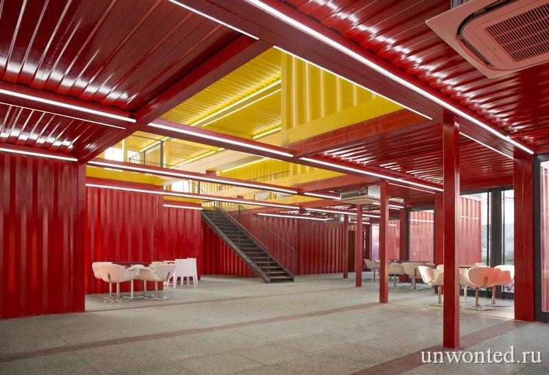 Яркий интерьер павильона из контейнеров от People's Architecture Office