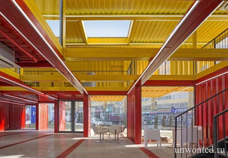 Интерьер павильона из контейнеров Container Stack Pavilion