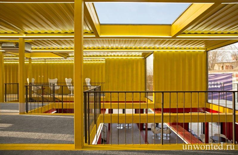 Световой люк в павильоне из контейнеров Container Stack Pavilion