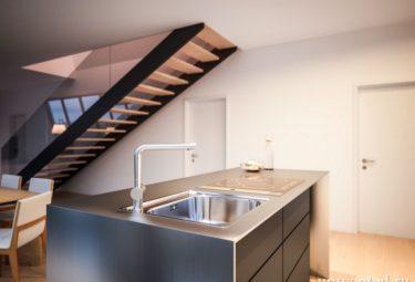 Кухонный остров - вид на лестницу Треугольного дома
