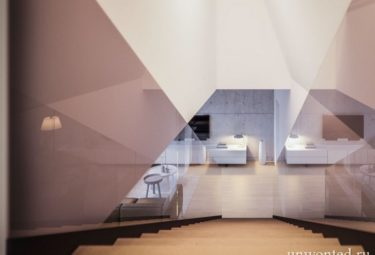 Лестница с прозрачным стеклянным ограждением в Треугольном доме