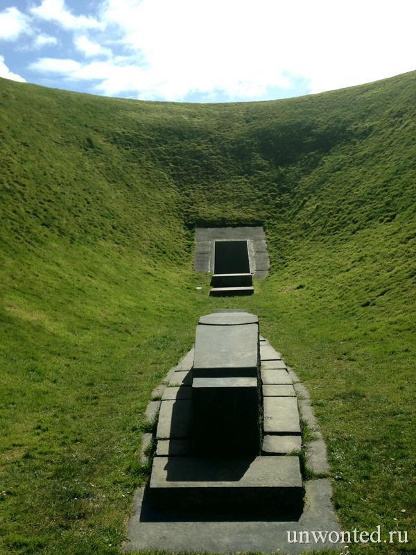 Большой камень на дне кратера Ирландского Небесного Сада