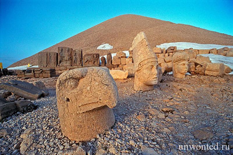 Конусовидный каменный курган и головы статуй Немрут