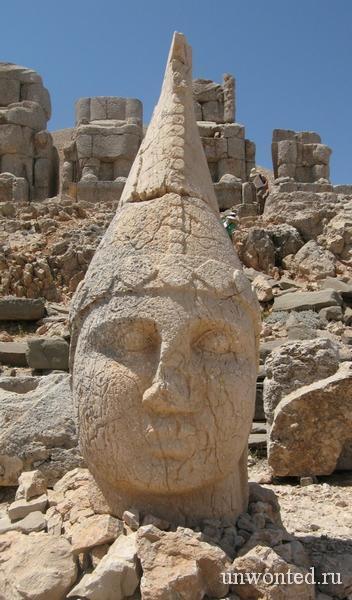 Каменная голова статуи Антиох I Теос