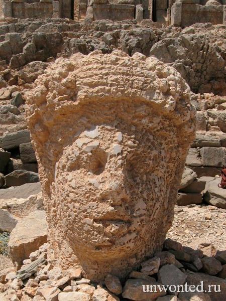 Каменная голова статуи богини Тихе