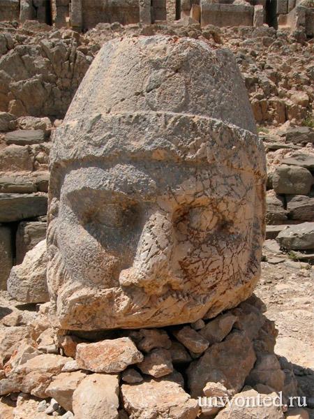Каменная голова статуи Зевса