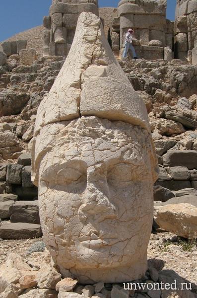 Каменная голова статуи Аполлона
