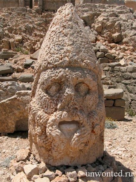 Каменная голова статуи полубога Геракла