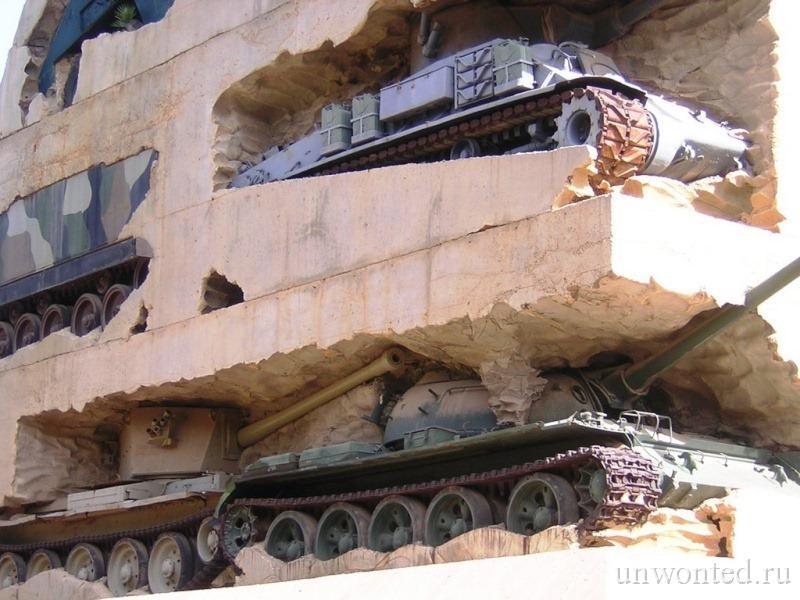 Памятник из танков и бетона в Ливане