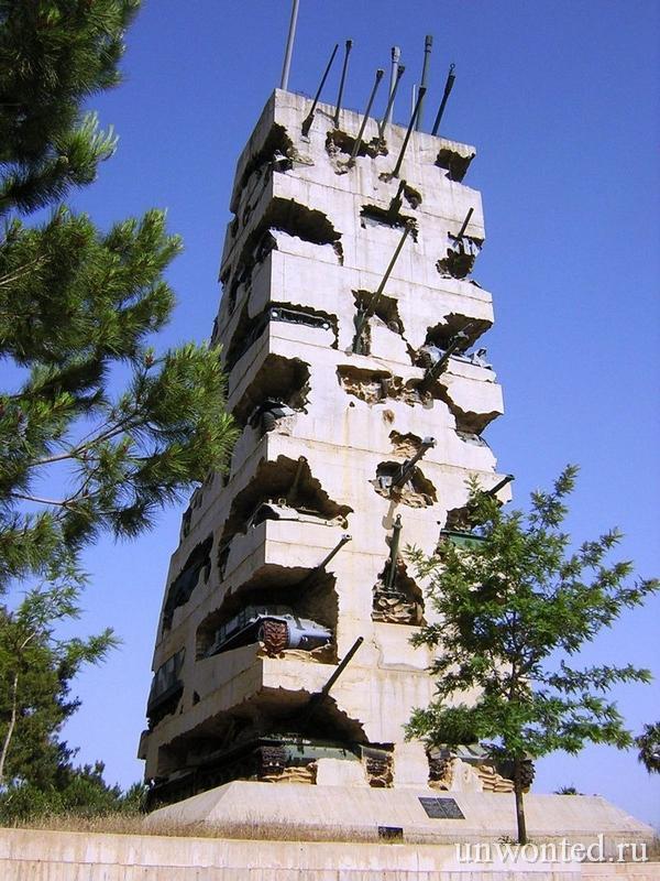 Памятник из военной техники и бетона