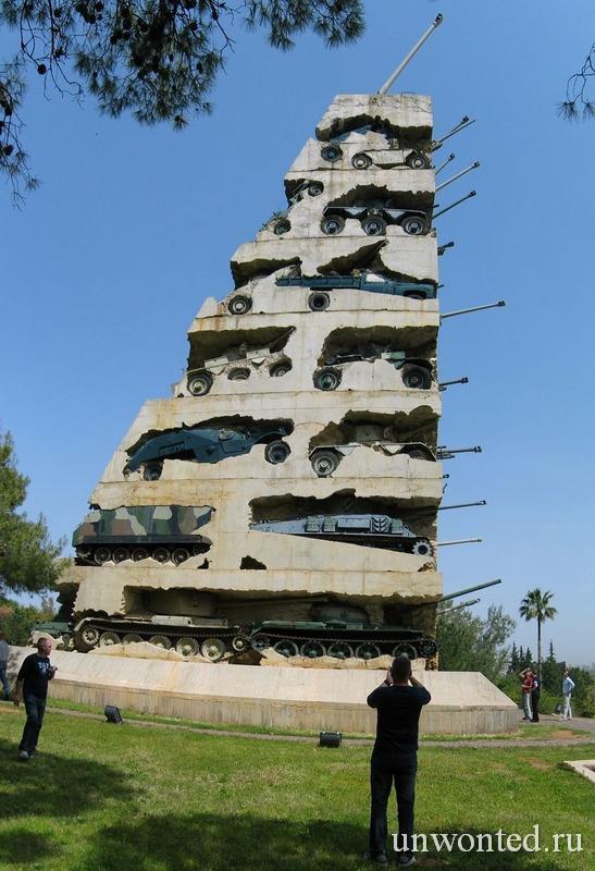 Монумент из военной теники - Надежда на мир