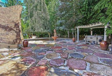 Крытый бассейн на заднем дворике сказочного дома Белоснежки