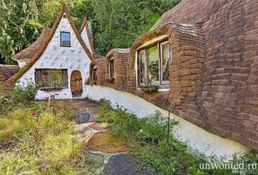 Низкая крыша сказочного дома Белоснежки