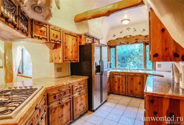 Полностью оборудованная кухня сказочного дома Белоснежки