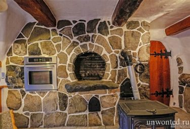 Камин на кухне отделанный натуральным камнем