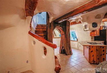 Лестница на второй этаж сказочного дома Белоснежки